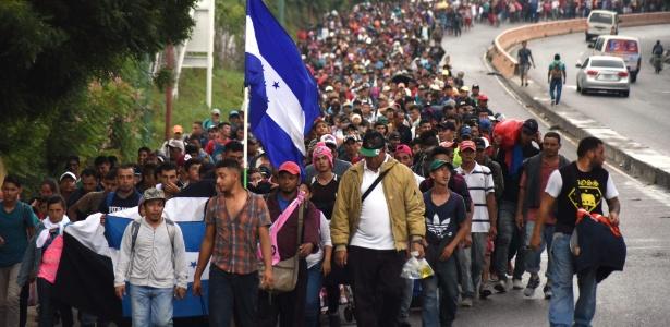 17.out.2018 - Hondurenhos participam de uma caravana em direção aos Estados Unidos, atraindo novos migrantes ao longo do caminho - ORLANDO ESTRADA/AFP