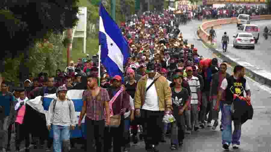 17.out.2018 - Migrantes hondurenhos participam de uma caravana em direção aos Estados Unidos em Chiquimula, Guatemala - ORLANDO ESTRADA/AFP