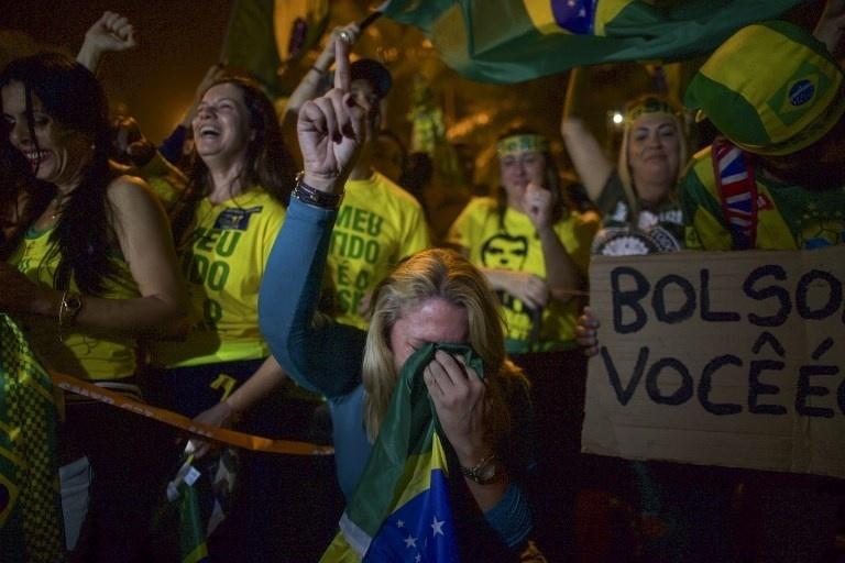 28.out.2018 - Eleitores de Jair Bolsonaro (PSL) comemoram o resultado das eleições no Rio de Janeiro