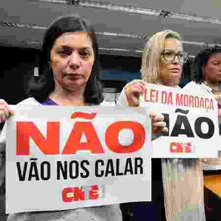 22.nov.2018 - Manifestantes contra o Escola Sem Partido protestam com cartazes durante sessão na comissão especial da Câmara criada para tratar do tema - Luis Macedo/Câmara dos Deputados