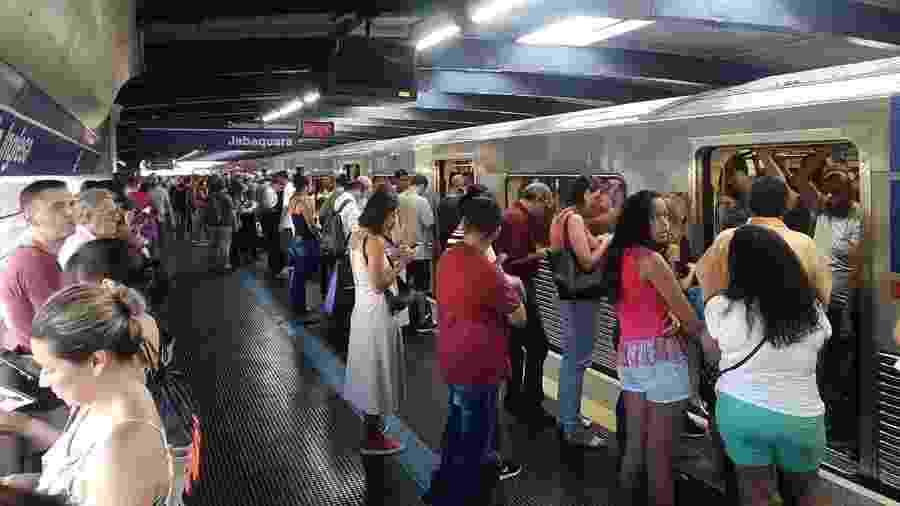 6dd895a232f83 Passageiros aguardam na plataforma da estação Parada Inglesa, da linha  1-azul Imagem  Téo Takar UOL