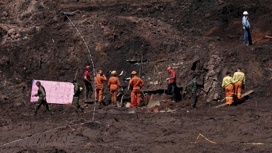 30.jan.2019 - Bombeiros e militares israelenses buscam por corpos na área administrativa da mina do Córrego do Feijão, onde houve o rompimento da barragem da Vale em Brumadinho (MG)  - Pedro Ladeira/Folhapress