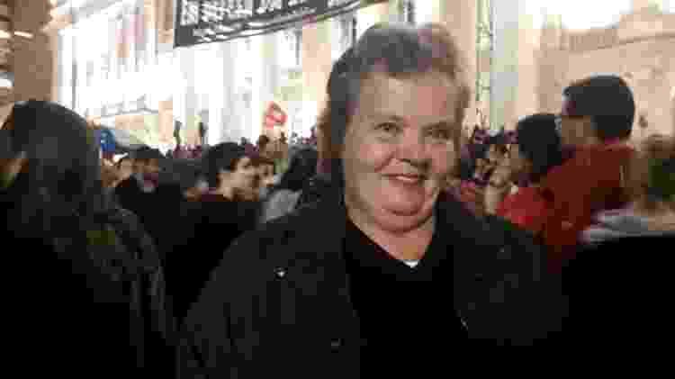 30.mai.2019 - A dona de casa Rosana Oliveira, 58, participa de manifestação em Curitiba (PR) contra os cortes na educação - Vinicius Konchinski/Colaboração para o UOL