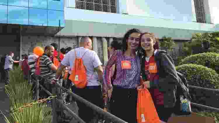 Flávia Castro e a sobrinha Sabrina chegaram na noite de sexta-feira para aguardar a inauguração da loja - Bruna Souza Cruz/UOL