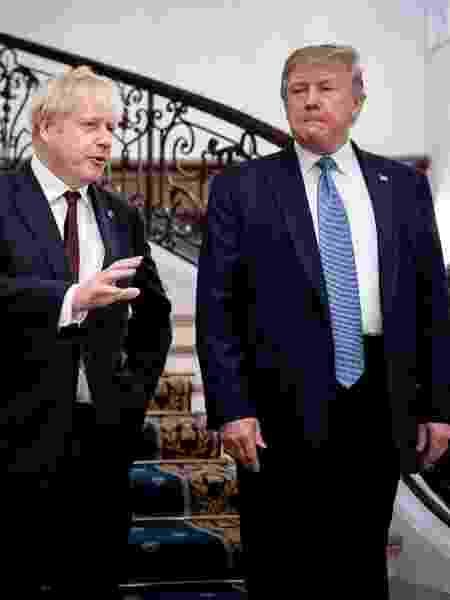 25.ago.2019 - O primeiro-ministro britânico, Boris Johnson, conversa com o presidente dos EUA, Donald Trump, durante o encontro do G7 em Biarritz (França) -  Erin Schaff/Reuters -  Erin Schaff/Reuters