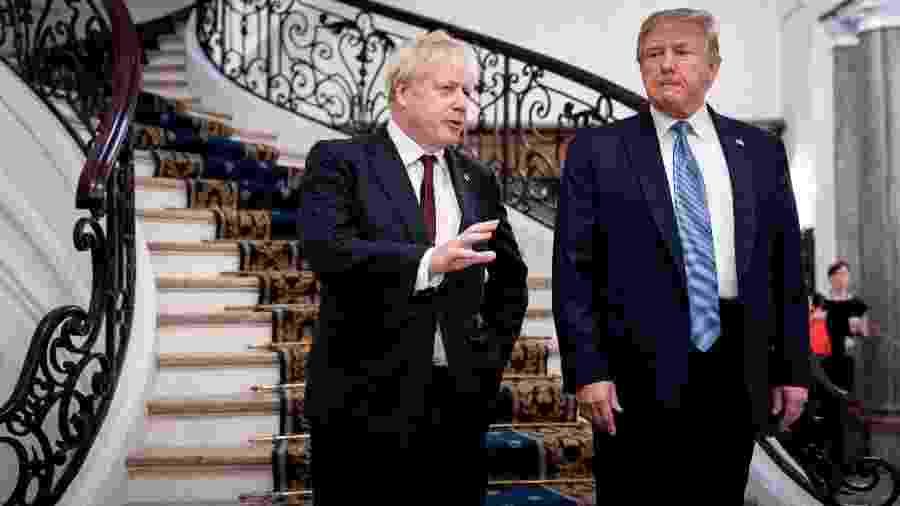 25.ago.2019 - O primeiro-ministro britânico, Boris Johnson, conversa com o presidente dos EUA, Donald Trump, durante o encontro do G7 em Biarritz (França) -  Erin Schaff/Reuters