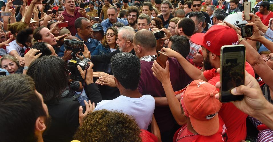 Apoiadores cercam o ex-presidente Lula na saída da carceragem da PF em Curitiba