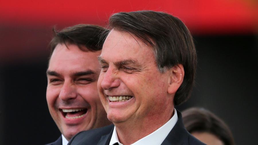 O presidente Jair Bolsonaro e seu filho senador, Flavio Bolsonaro, conseguiram avançar nesta semana na blindagem em investigações contra eles na Justiça - FáTIMA MEIRA/FUTURA PRESS/FUTURA PRESS/ESTADÃO CONTEÚDO