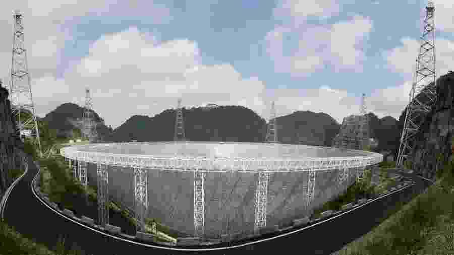 O FAST (na foto) é capaz de captar ondas de rádio em uma área duas vezes maior que o telescópio Arecibo, em Porto Rico - Getty Images