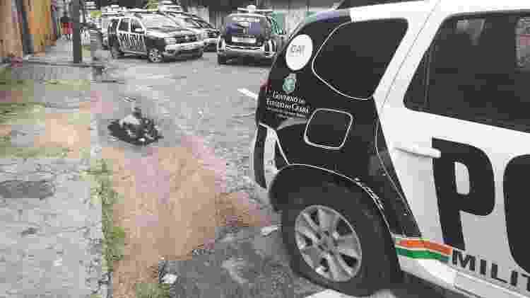 Viaturas do corpo de bombeiros e da Polícia Militar, algumas com pneus murchos, obstruem a Travessa Seleta, que dá acesso ao 18° BPM do bairro Antonio Bezerra, em Fortaleza - Maristela Crispim/Folhapress