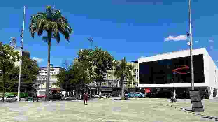 Praça do Pacificador, em Duque de Caxias, vazia por conta do coronavírus - Caio Blois/UOL - Caio Blois/UOL