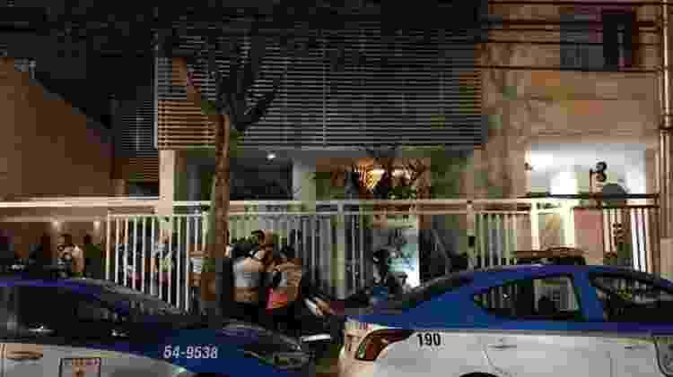 Veículos da Polícia Militar do Rio em frente a um prédio em Niterói onde um casal morreu após cair da varanda - Reprodução/Redes sociais - Reprodução/Redes sociais