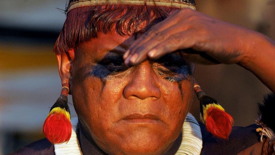Aritana, um dos líderes indígenas mais conhecidos do Brasil, durante uma cerimônia na região da tribo Awara, na Amazônia  -  ANTONIO SCORZA / AFP