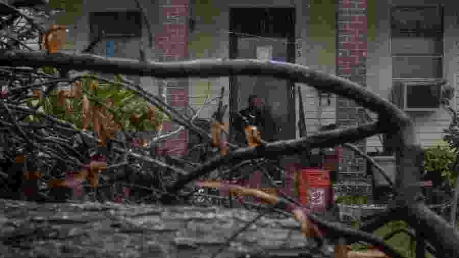 Morador observa a chegada do furacão Delta em Lake Charles, na Louisiana, nos Estados Unidos - ADREES LATIF/REUTERS