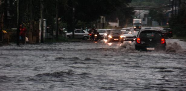 Chuvas e rajadas de vento   Temporal em Porto Alegre deixa 160 mil pessoas sem energia e causa alagamento