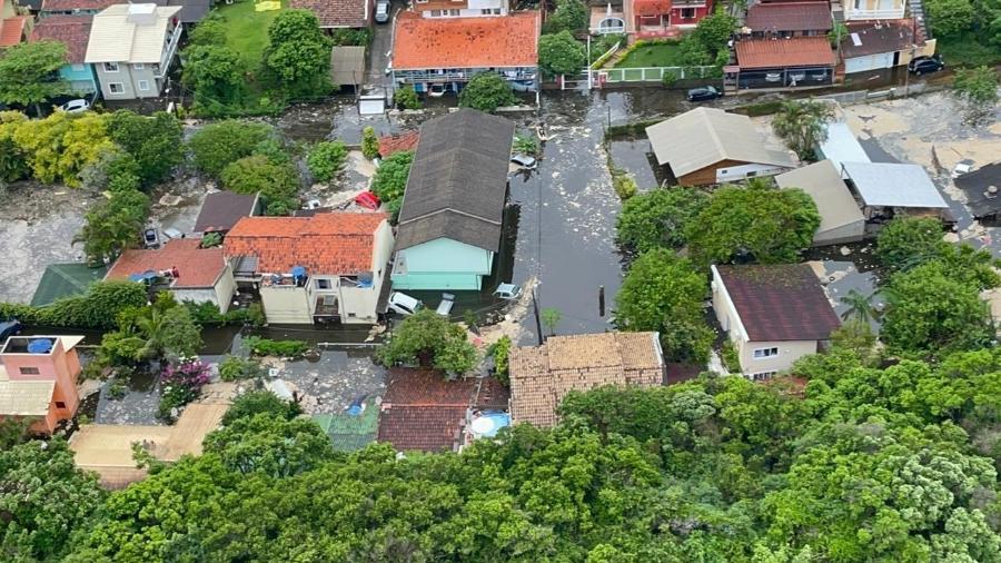 Água invadiu casas na Lagoa da Conceição, em Florianópolis - Divulgação/CBMSC