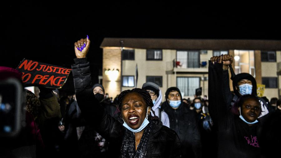 17.abr.2021 - Manifestantes protestam pela sétima noite contra a morte de Daunte Wright, em Brooklyn Center, EUA - Chandan Khanna/AFP