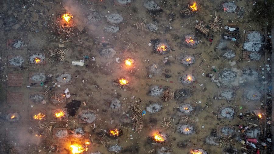Cremação em massa de vítimas da covid-19 em Nova Délhi, na Índia. Em 24 horas foram mais de 2000 mortes pela doença - REUTERS/Danish Siddiqui