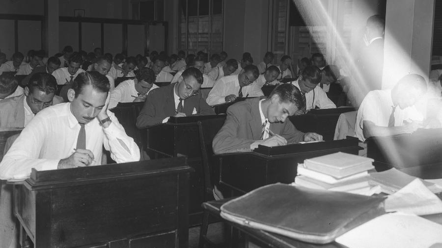 Exame do curso de preparação para a carreira diplomática no Instituto Rio Branco, em 1947 - Arquivo Nacional