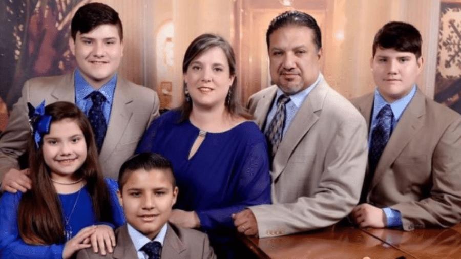 O casal Lawrence e Lydia Rodriquez com os quatro filhos; eles não resistiram ás complicações da covid-19 - GoFundMe