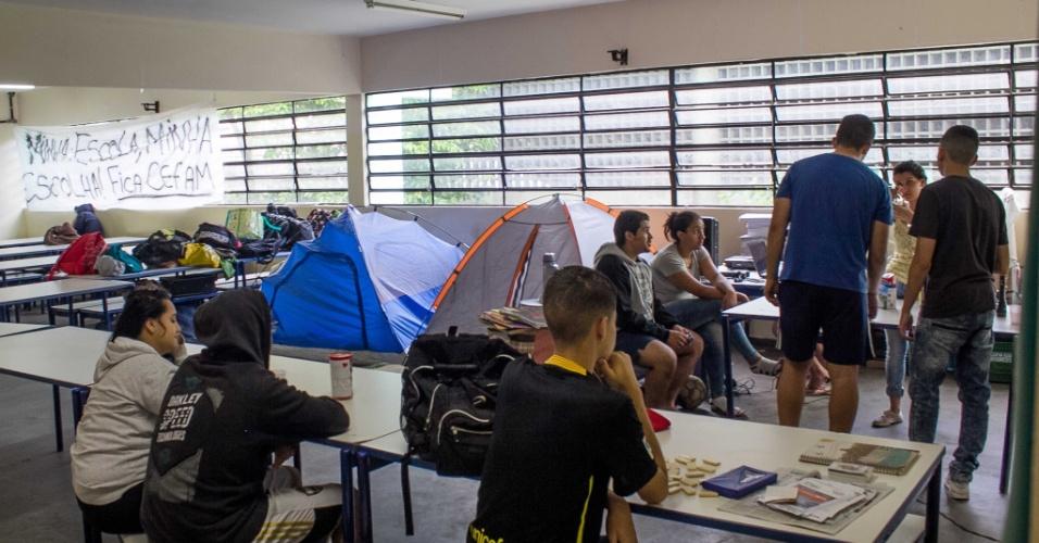 13.nov.2015 - Movimentação de alunos na Escola Estadual Diadema, na Grande São Paulo, na manhã desta sexta. Os alunos contrários às mudanças anunciadas pelo Governo de SP na rede decidiram ocupar o colégio na noite de segunda-feira (9)