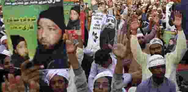 20.nov.2015 -  Partidários de Mumtaz Qadri, condenado a morte por assassinar o governador da província de Punjab, Salman Taseer - Rehan Khan/EFE