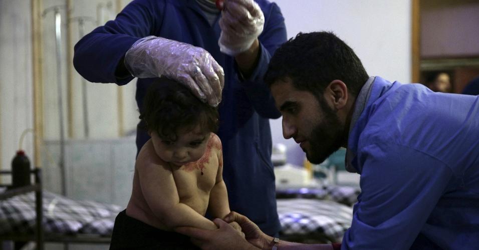 Médico trata de uma das crianças feridas no bombardeiro de 13 de dezembro em um dos hospitais improvisados em Douma. A equipe médica insiste em permanecer no local e atender os civis feridos apesar dos bombardeiros e confrontos na área