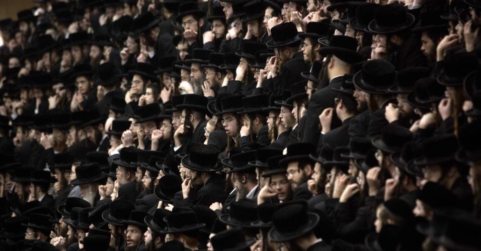 """25.jan.2016 - Judeus ultra-ortodoxos da dinastia Belz Hasidim participam das celebrações da """"Tu Bishvat"""". A """"Tu Bishvat"""" é uma festividade do Ano-Novo das árvores comemorada nos tempos modernos comendo vários frutos e nozes associadas à Terra de Israel"""
