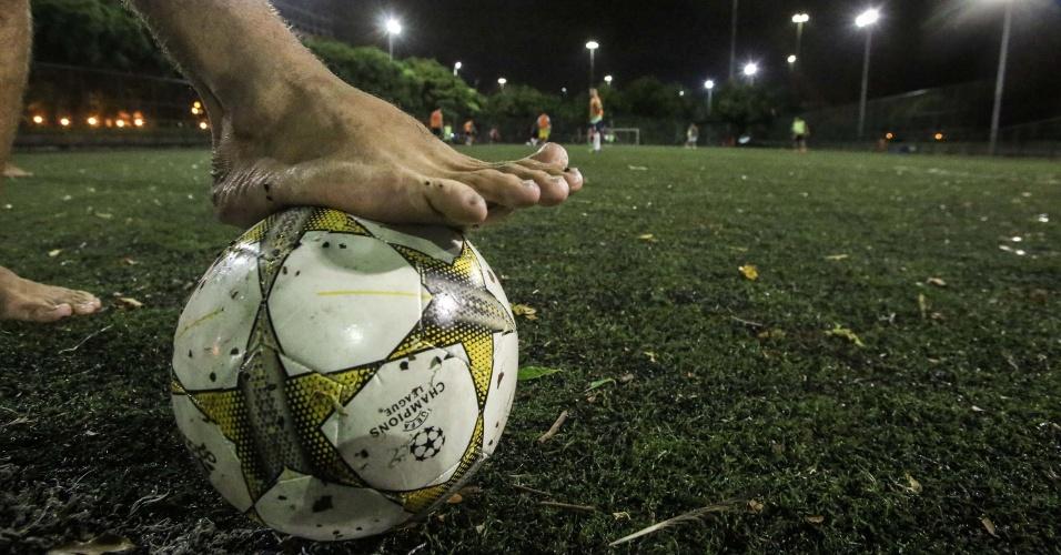 22.jan.2016 - O Aterro do Flamengo, parque situado na zona sul do Rio de Janeiro, é frequentado por funcionários de bares, restaurantes, lanchonetes, porteiros, entre outros trabalhadores, durante as madrugadas. Os profissionais saem do trabalho e vão jogar futebol, algumas vezes até o início da manhã