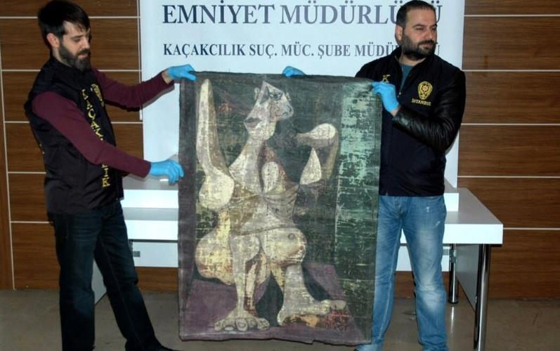 """30.jan.2016 - Policiais turcos exibem quadro """"Mulher Penteando-se"""", do pintor espanhol Pablo Picasso, neste sábado em Istambul. Os agentes da Turquia trabalharam disfarçados para recuperar a obra que havia sido roubada de um colecionador de Nova York (Estados Unidos)"""