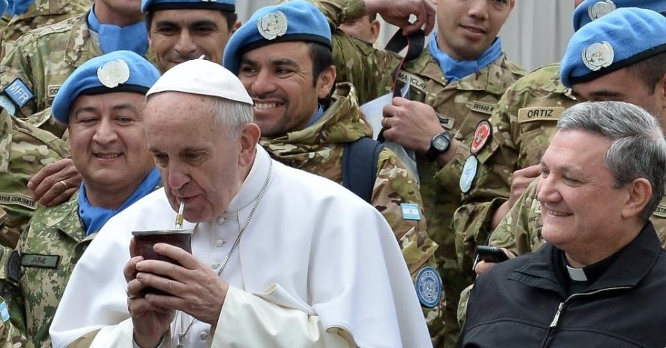 3.fev.2016 - Papa Francisco toma um gole de mate oferecido por soldados argentinos da Organização das Nações Unidas durante a audiência semanal na praça São Pedro, no Vaticano. A bebida é bastante apreciada na Argentina, país de origem do pontífice