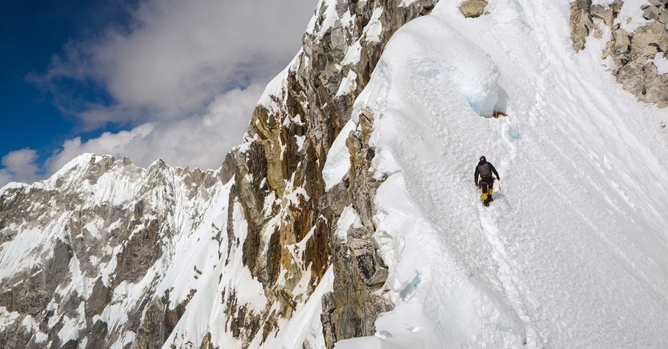 8.fev.2016 - Um homem da etnia sherpa passa pelo acampamento 2 em Ama Dablam, uma montanha no Himalaia nepalês. O nome da montanha significa ?mãe e colar precioso?, porque as duas cristas e assemelham a braços que protegem um pingente