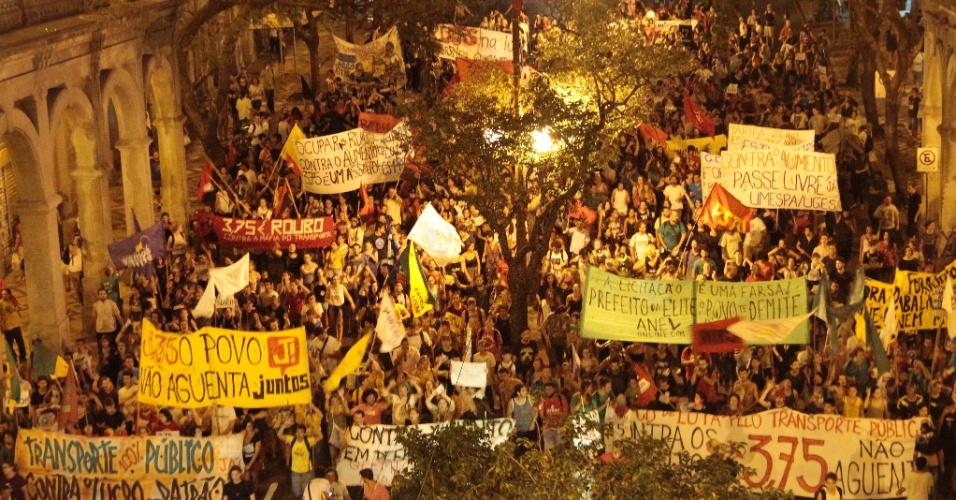 22.fev.2016 - Manifestantes protestam em Porto Alegre (RS) contra o reajuste de 15,38% nas tarifas de ônibus e lotações na cidade. Comandada pelo Bloco de Lutas Pelo Transporte Público, o protesto começou por volta das 17h locais em frente ao Paço Municipal de Porto Alegre e se estendeu pela noite