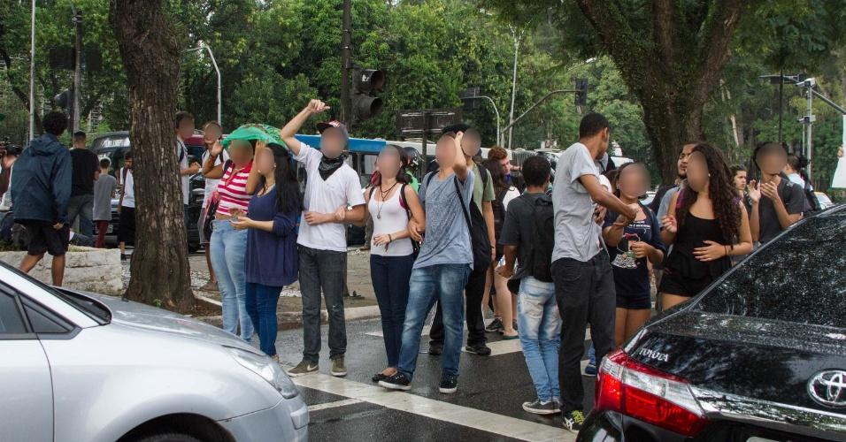 Estudantes fecham a avenida Pedro Álvares Cabral durante protesto contra o fechamento de salas e a máfia das merendas, em São Paulo (SP), nesta terça-feira (29)