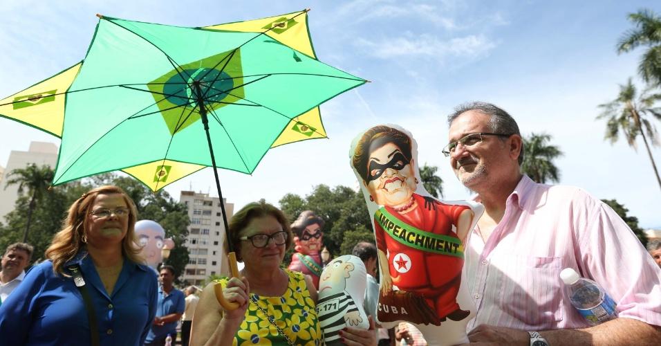 30.mar.2016 - Manifestantes fecharam parte da Rua Visconde de Inhaúma, no centro de Ribeirão Preto (SP), durante ato contra a corrupção no país, pelo impeachment da presidente Dilma Rousseff (PT) e em apoio à Operação Lava Jato. O protesto é organizado pelo Movimento Brasil Limpo, que calculou a presença de 500 pessoas