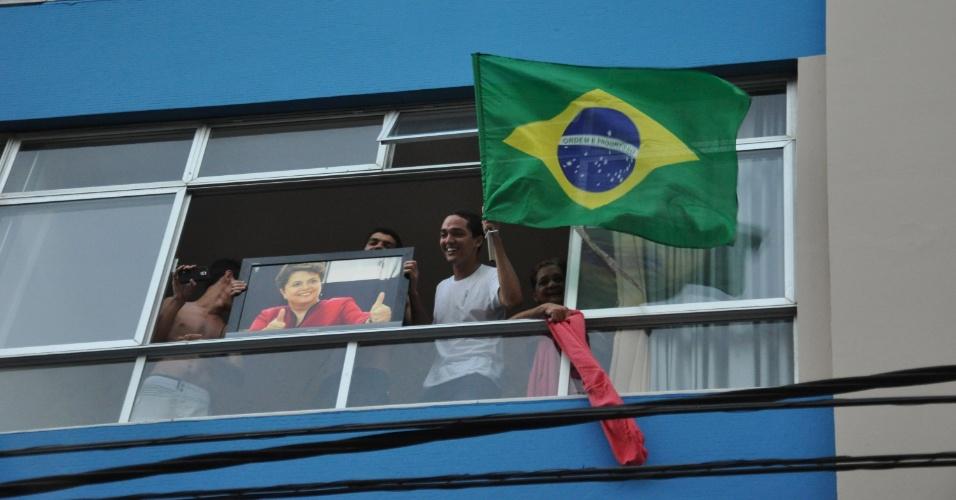 15.abr.2016 - Pessoas em prédio mostram apoio ao ato da Frente Brasil Popular e da Frente Povo Sem Medo contra o impeachment da presidente Dilma Rousseff, em Salvador (BA)