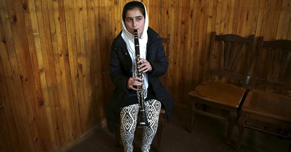 18.abr.2016 - Sahar Malikzai, membro da orquestra de mulheres Zohra, participa de ensaio no Instituto Nacional de Música do Afeganistão, em Cabul. Tocar instrumento musicais foi uma prática banida durante a vigência do regime do Taleban, no Afeganistão. Ainda hoje, muitos muçulmanos conservadores desaprovam a maioria das formas de música
