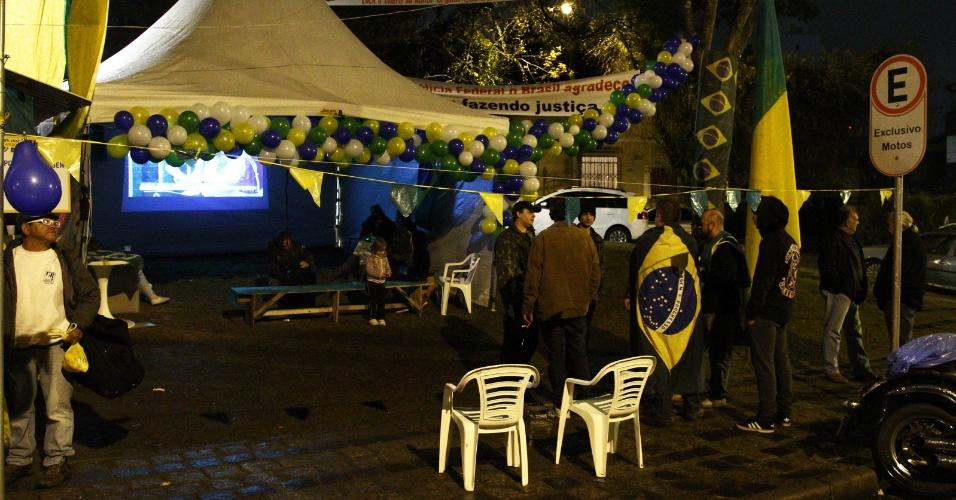 11.mai.2016 - Pequeno grupo de manifestantes pró-impeachment em acampamento montado em frente ao prédio da Justiça Federal em Curitiba (PR) durante a discussão dos senadores sobre o processo de impeachment da presidente Dilma Rousseff