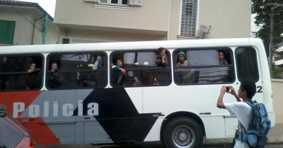 13.mai.2016 - Pelo menos 50 estudantes foram apreendidos e detidos na madrugada desta sexta; eles ocupavam prédios públicos reivindicando alimentação (merenda) para estudantes dos cursos de período integral