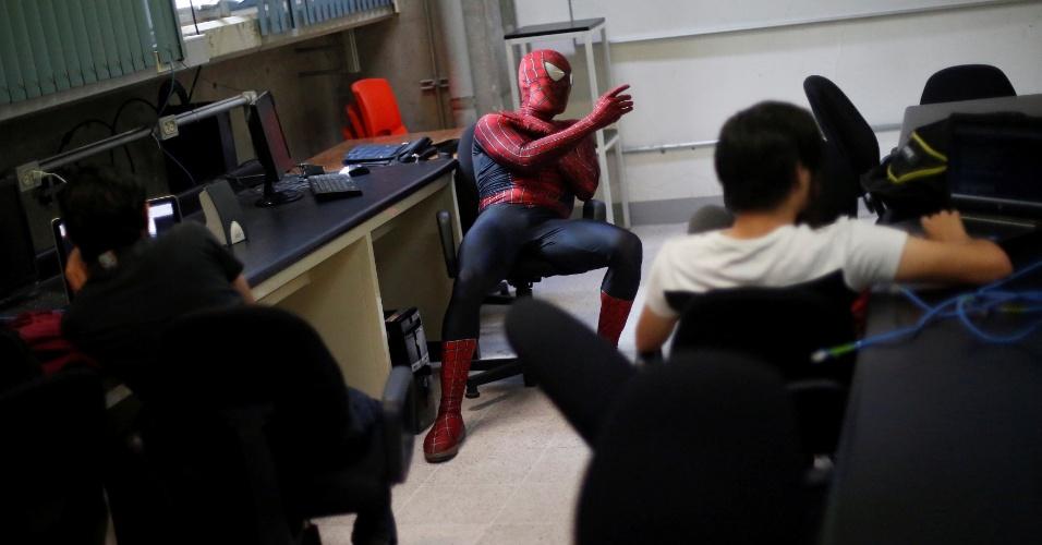 """7.jun.2016 - Moises Vazquez dá aulas vestido de Homem-Aranha para chamar atenção dos seus alunos na sala de aula. """"Eu faço o mesmo trabalho que qualquer um. Não acho que minha aula é a melhor do mundo só porque eu coloco um traje de super-herói. Mas eu asseguro que quero ser o mais honesto e dedicado que existe. Apenas quero fazer com que a sala de aula seja um lugar melhor"""", conta"""