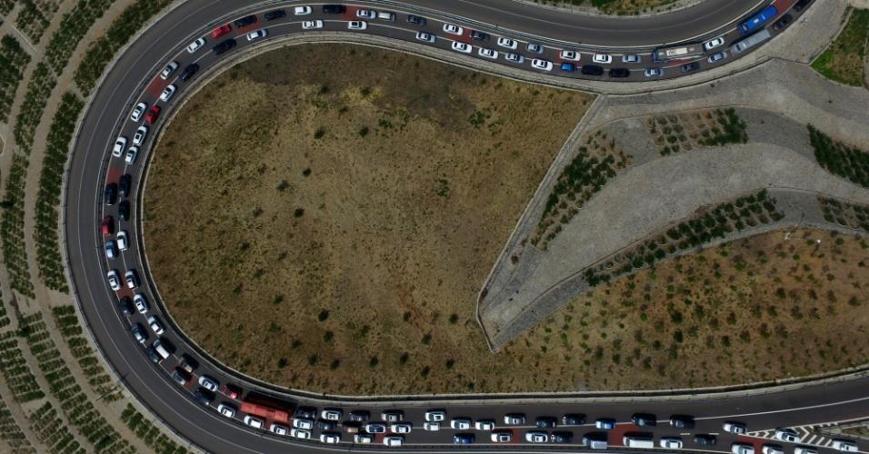 10.jun.2016 - Veículos esperam em engarrafamento para passar por pedágio em estrada na província de Hebei, no norte da China, durante o feriado do festival Duanwu. Também conhecido como festival do Barco do Dragão, o feriado aumenta, como em outras partes do mundo, o fluxo de veículos nas estradas