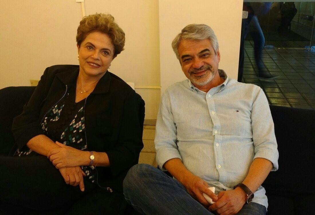 17.jun.2016 - A presidente afastada, Dilma Rousseff, visita o Recife, onde vai participar de ato de apoio ao seu governo na UFPE (Universidade Federal de Pernambuco). Ela está acompanhada pelo senador Humberto Costa (PT-PE)