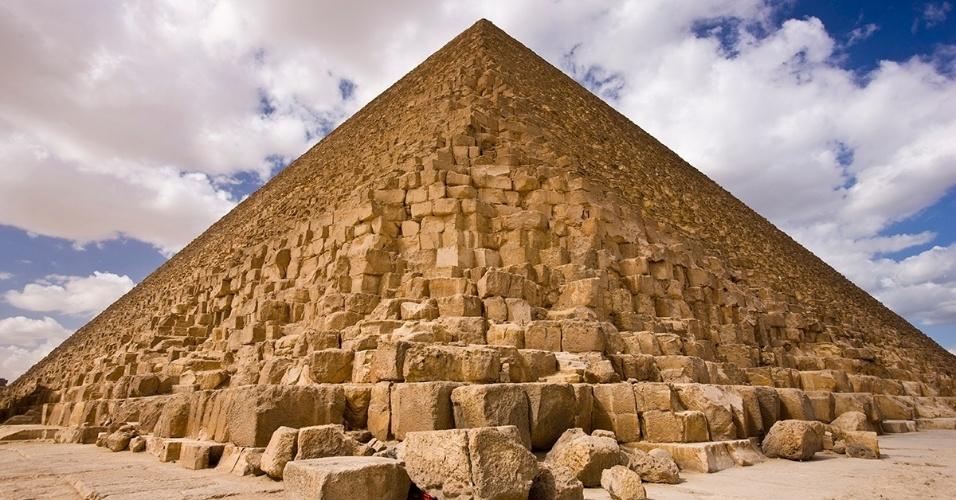 27.jun.2016 - A construção da pirâmide de Gizé, no Egito, começou em 2560 a.C., fazendo dela a mais velha do complexo de pirâmides e a mais antiga das 7 maravilhas do mundo