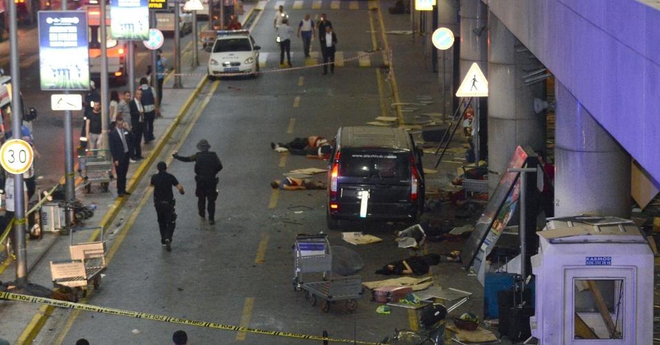 28.jun.2016 - Vítimas de duas explosões no aeroporto de Ataturk, em Istambul, na Turquia, ficam no chão do terminal onde o ataque aconteceu. Dois homens se explodiram no local após atirarem com fuzis