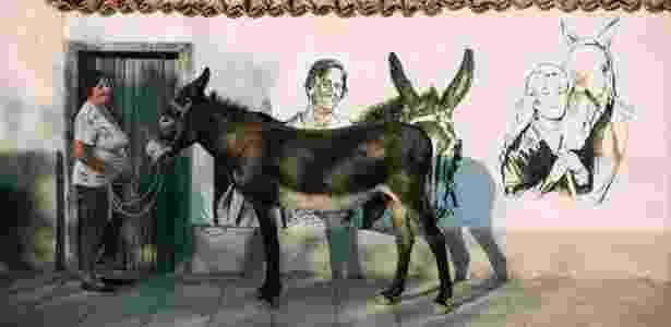 Stefana Gospodinova e sua mula ao lado da femme fatale Brigitte Bardot no mural - Dmitry Kostyukov/The New York Times