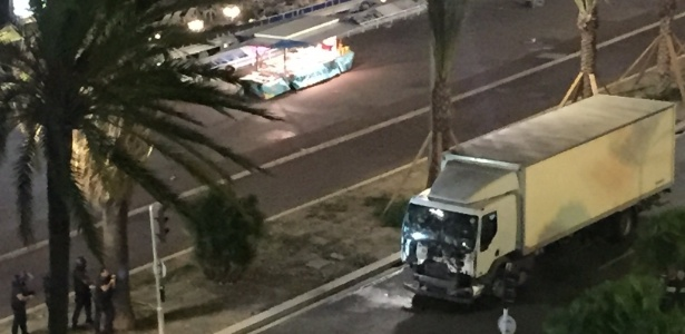 O caminhão que foi jogado contra a população em Nice, matando dezenas de pessoas
