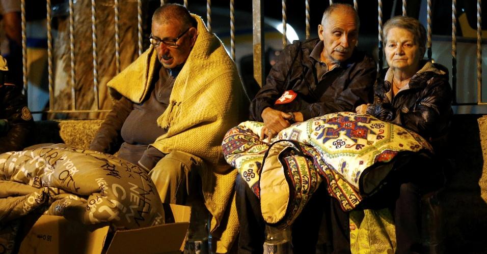 24.ago.2016 - Moradores se cobrem com cobertores e se preparam para passar a noite ao relento após o terremoto que atingiu Amatrice, no centro da Itália