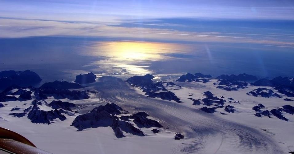 16.set.2016 - GROENLÂNDIA - O projeto IceBridge, da Nasa (Agência Espacial Americana), realizou uma análise do gelo polar na região da Groenlandia. A imagem capturada mostra o sol brilhando na geleira Steenstrup. O IceBridge é a maior pesquisa aérea das camadas de gelo do mundo, realiza medições anuais da elevação das geleiras na Antártica e na Groenlândia
