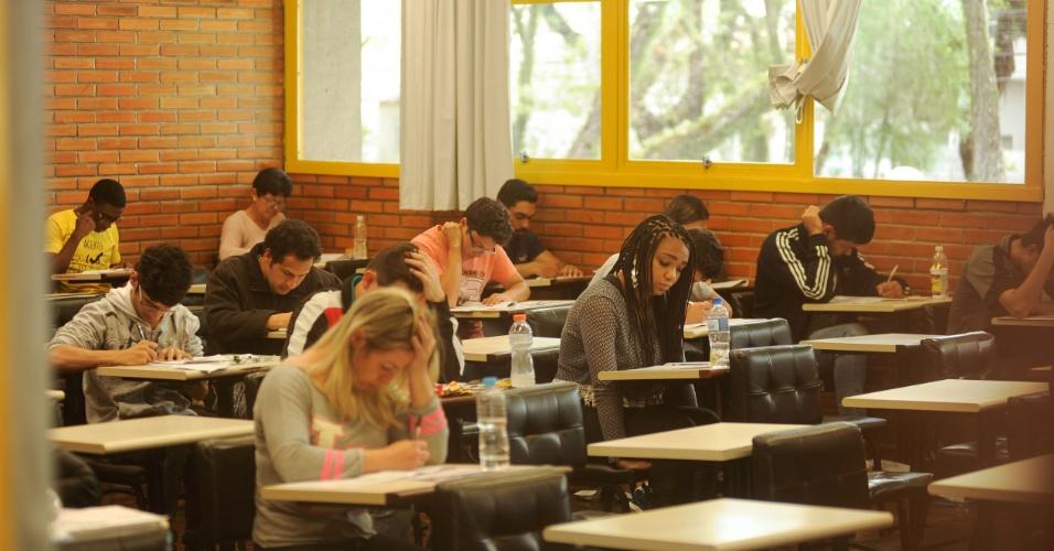 6.nov.2016 - Alunos durante o segundo dia de provas do Enem na PUC-PR (Pontifícia Universidade Católica do Paraná)