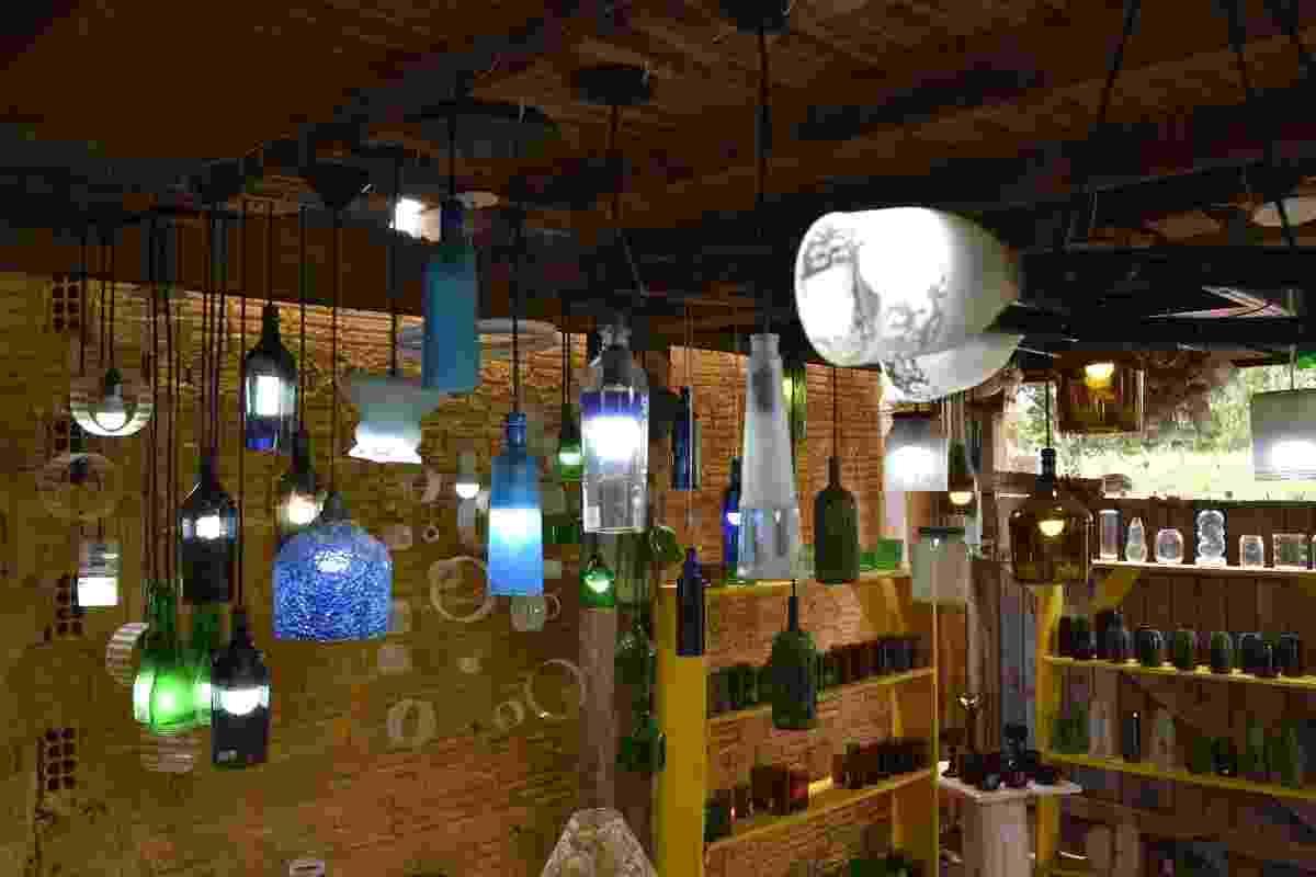 Luminárias feitas com garrafa de vidro pela empresa Casa do Vidro, arrendada pela ong Associação Amigos do Rio Formoso de Bonito (MS) - Divulgação